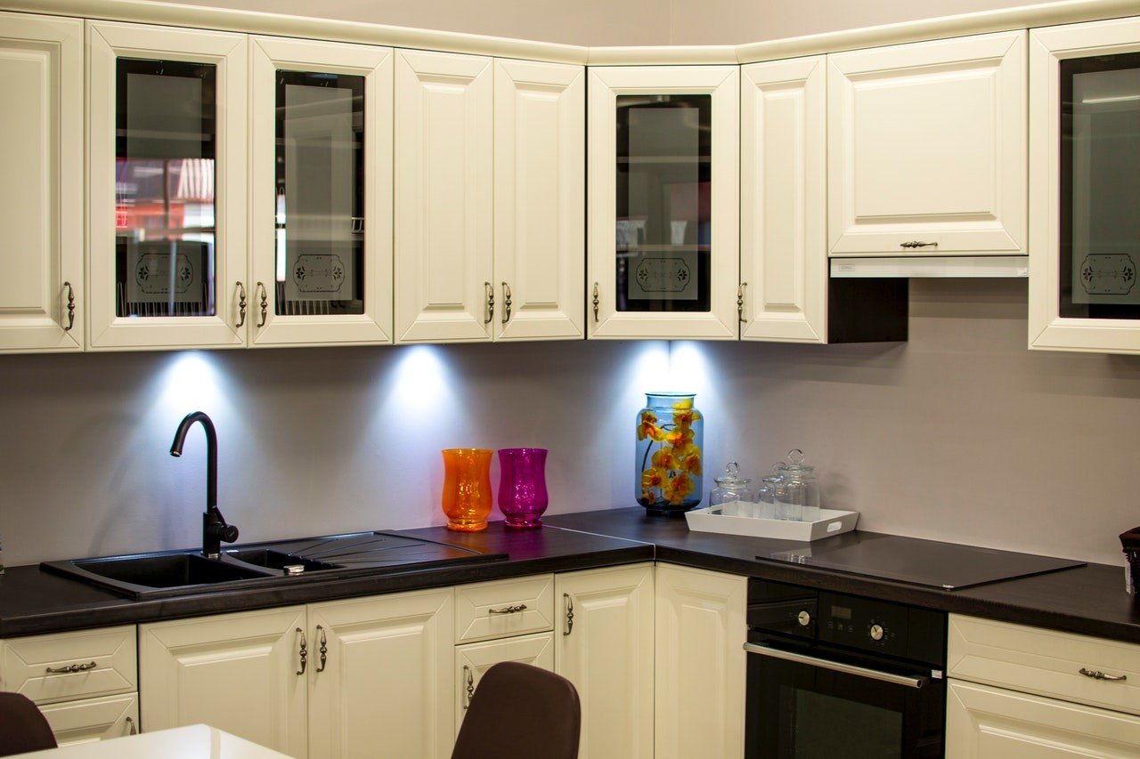 Eine Granitspüle fügt sich optimal der Küche und sieht dabei noch elegant aus.