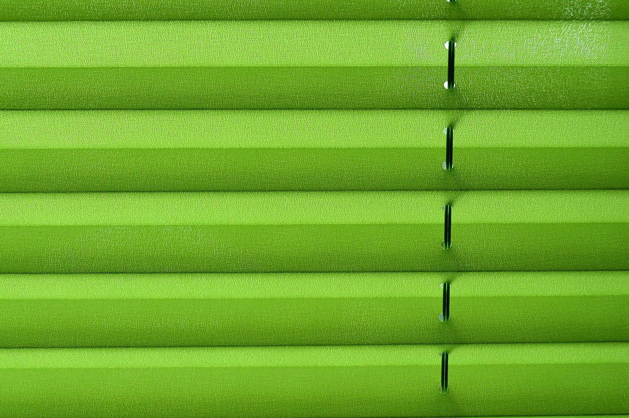 Plissees gibt es in unterschiedlichen Farben. Auch die Lichtdurchlässigkeit ist unterschiedlich.