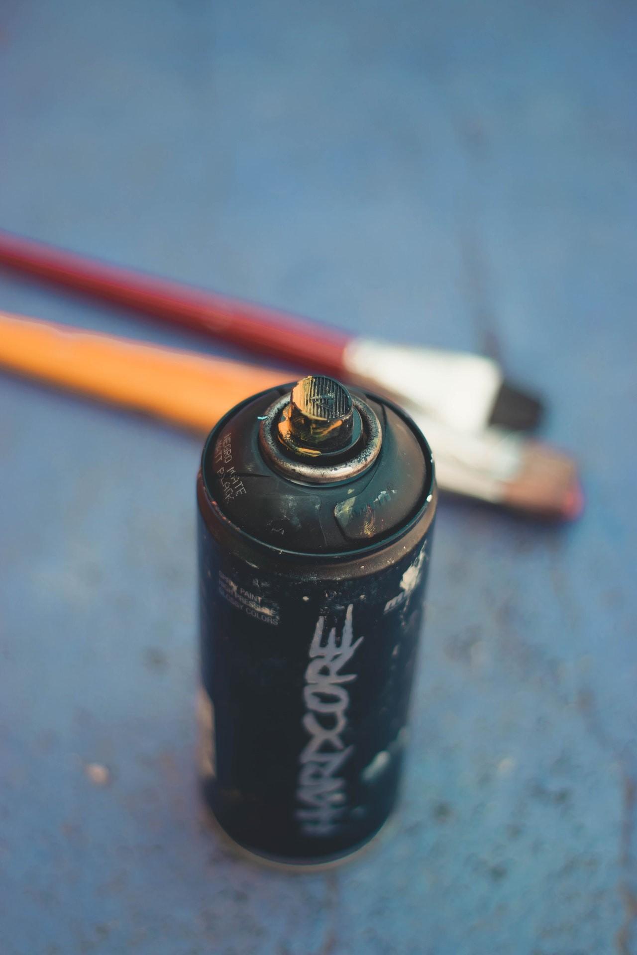Antistatik Spray befindet sich meistens in üblichen Spraydosen, wie man sie auch aus Farbdosen kennt.