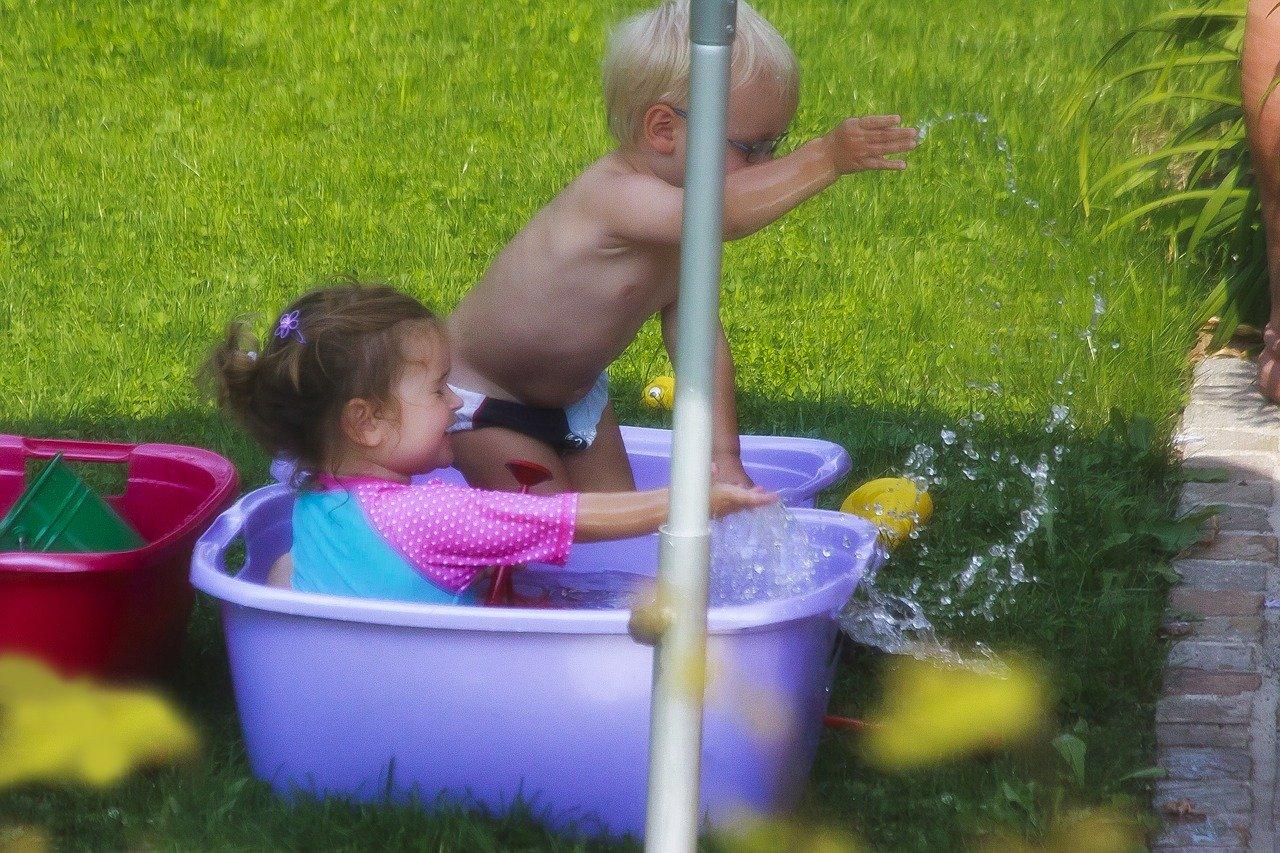 Eine gute Alternative zur Baby Badewanne sind große Wäschewannen.