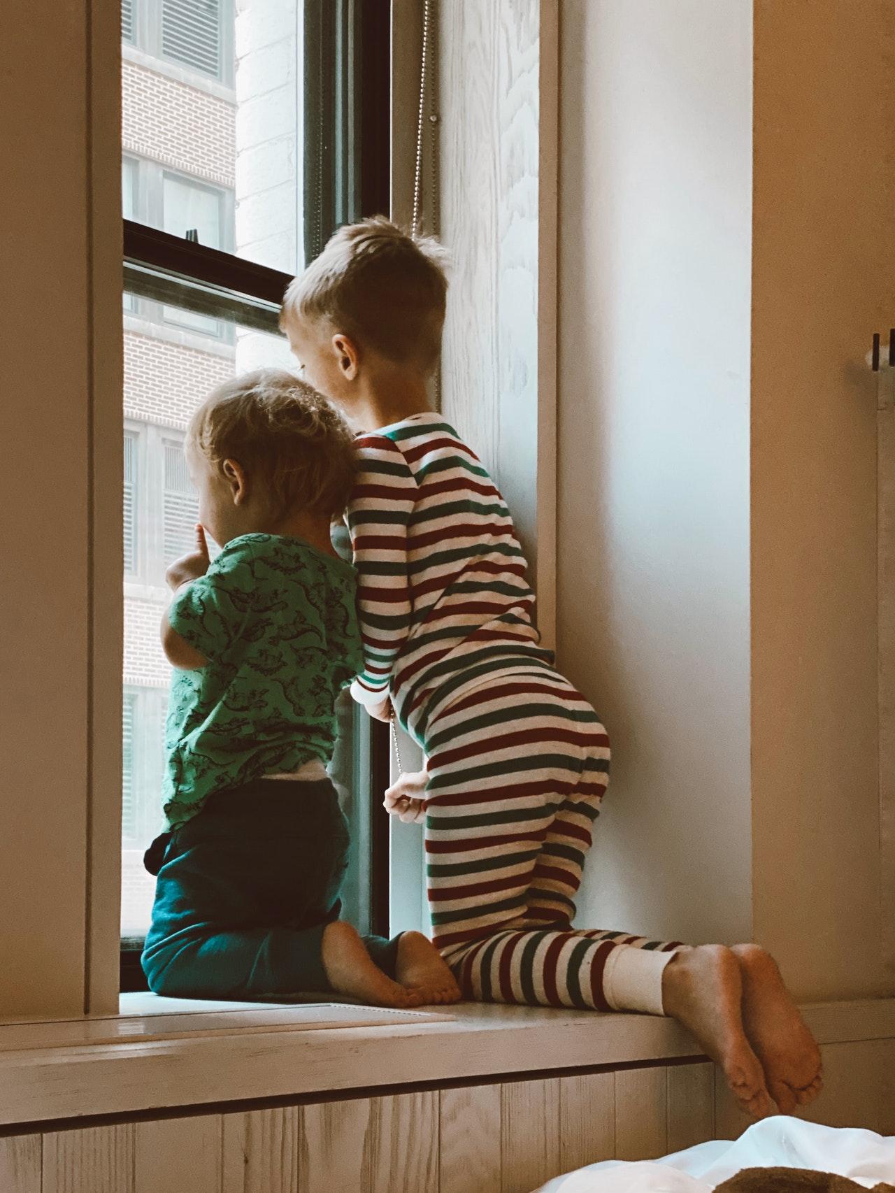 Alle Eltern kennen es: Da lässt man seinen Schatz nur kurz unbeaufsichtigt und schon vergessen sie alle Regeln. Mit einer Kindersicherung Schrank kann die Gefahr deutlich reduziert werden.