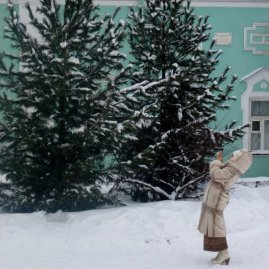 This lady made me laugh. Also, note that she's wearing heels, even in the snow. Ah Russia.