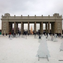 The main entrance (from the exit side) to Gorky Park.