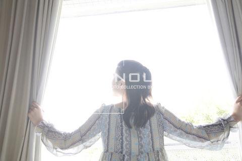 カーテンを開ける女性 - af9960008910.jpg - 寫真素材