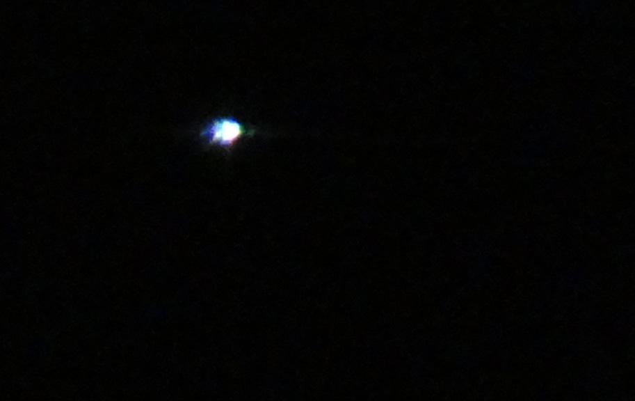 Extraña luz fotografiada sobre Buenos Aires, Argentina. Es similar a una estrella y parecía realizar movimientos, según narra la testigo.