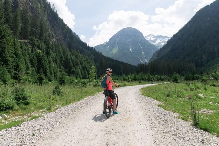 cyklist på elcykel i bad gastein österrike