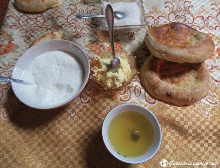 Repas dans yourte de la vallée de Pshart.
