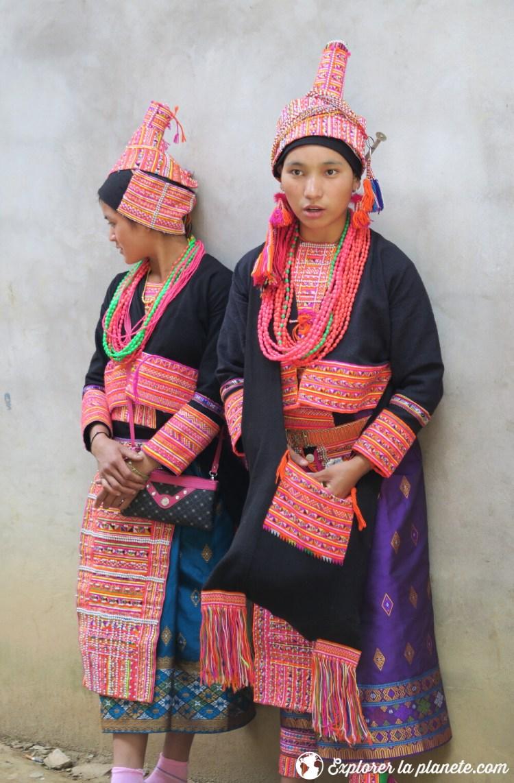 Jeunes filles akha pala au marché de Pak nam noi au Nord du Laos