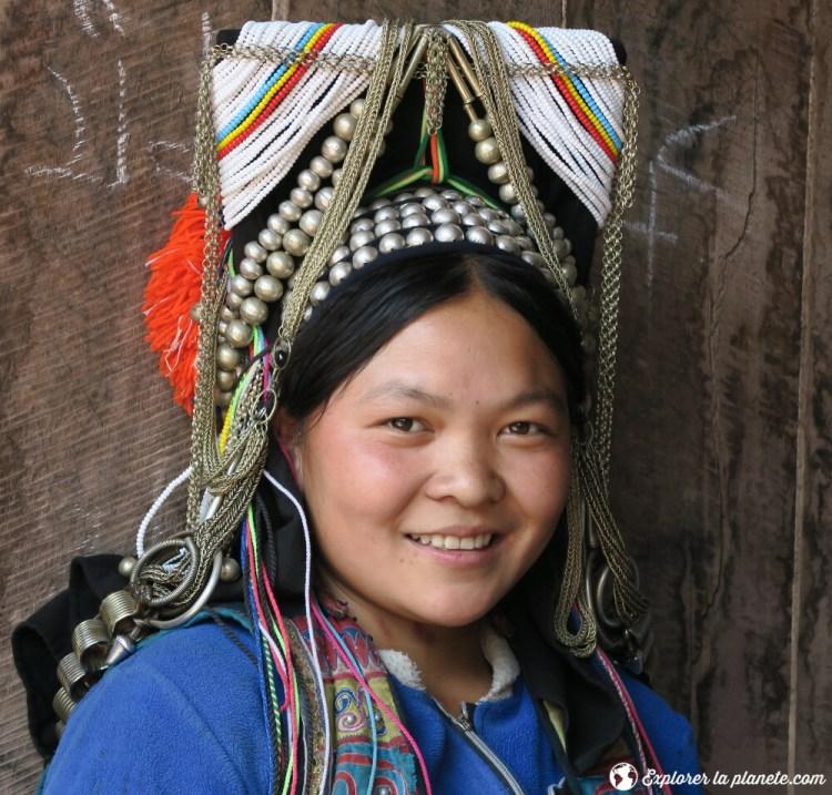 Jeune femme souriante Akha près de Ou Tai dans le Nord du Laos