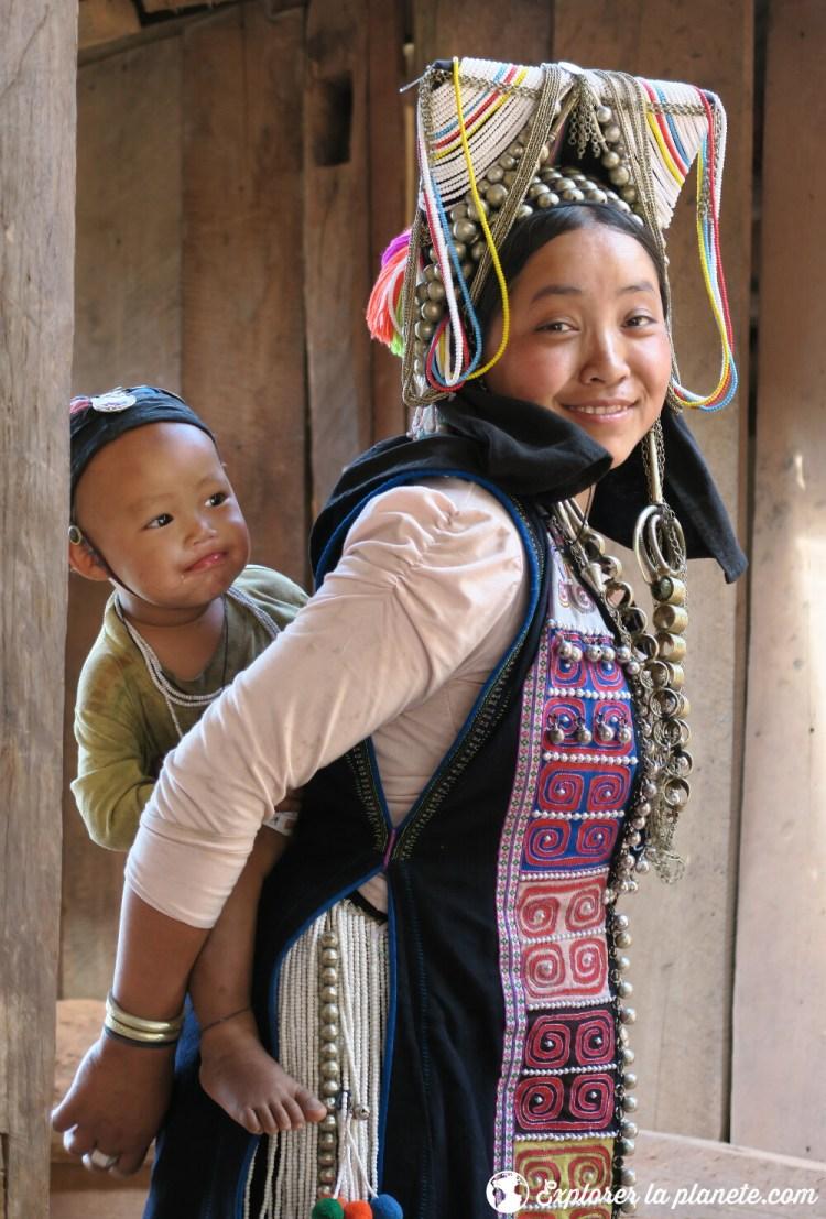 Jeune femme akha avec son bébé dans la région de Ou tai au Nord du Laos