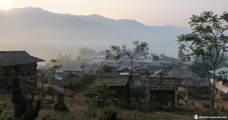 Coucher de soleil dans un village Akha au nord du Laos