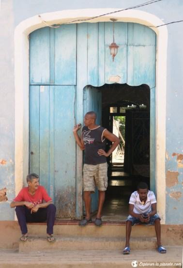 Cubains sur le pied de la porte.