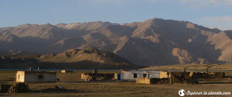 Maisons à Bulunkul avec coucher de Soleil