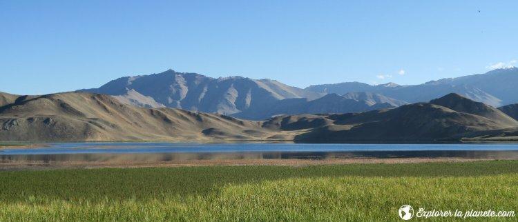 Le lac Bulunkul avec montagnes et verdure