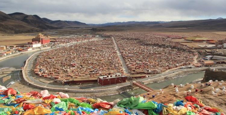 Le village de Yarchen gar dans le Sichuan en Chine