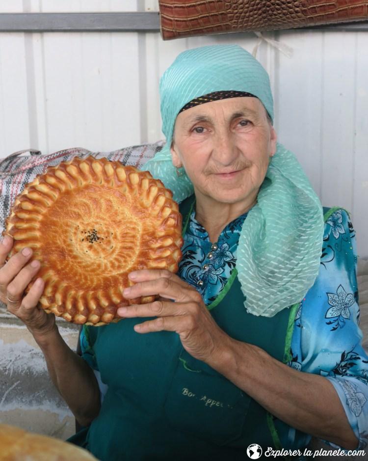 Femme avec nan au Tadjikistan