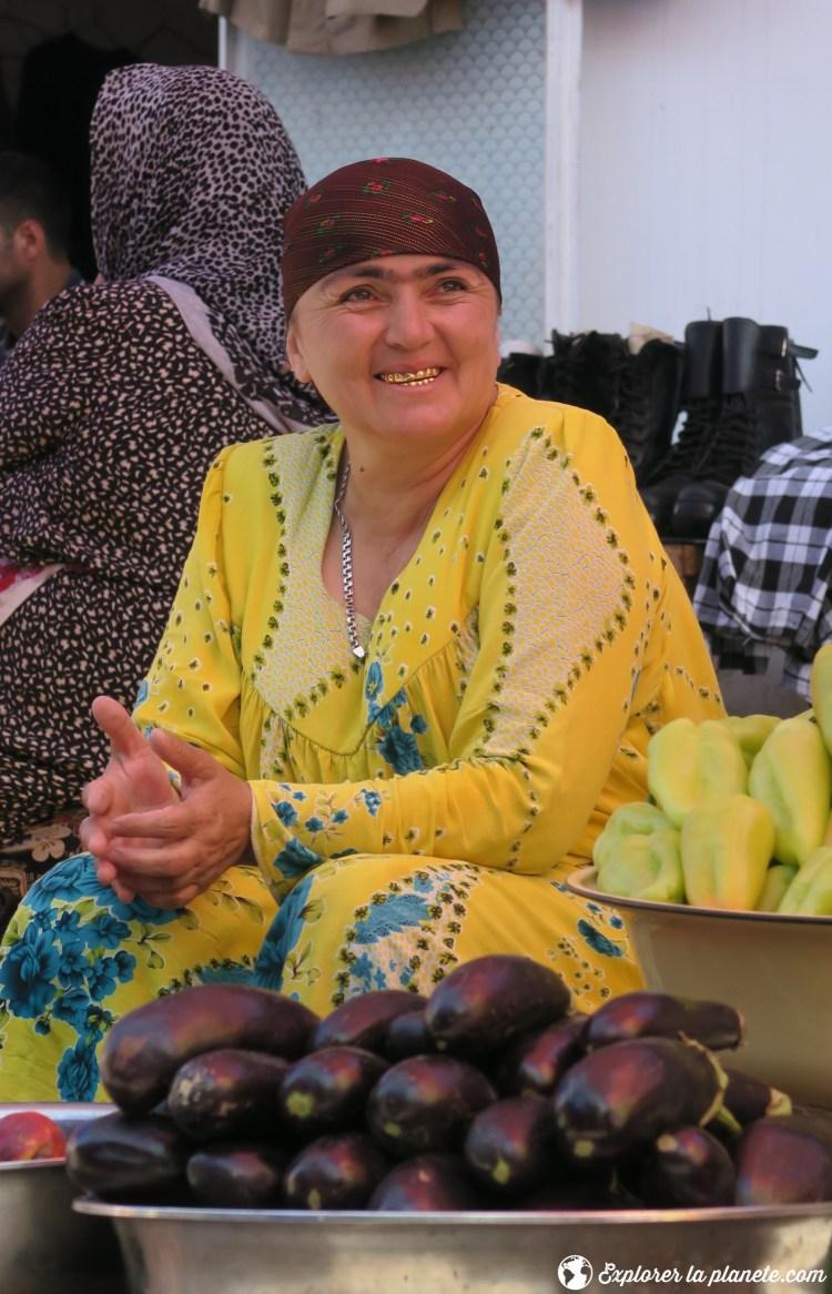 Femme au Green market de Douchanbé
