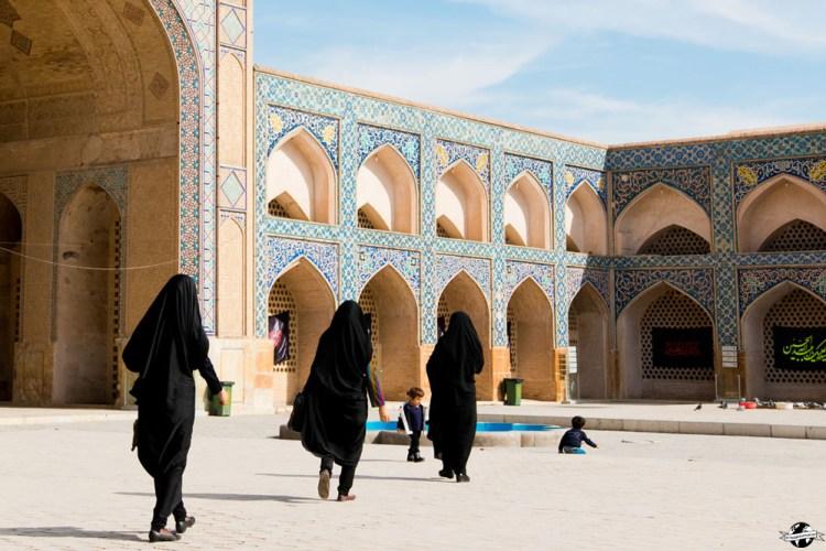 Trois femmes habillées en noir dans une mosquée en Iran destinations en dehors des sentiers battus