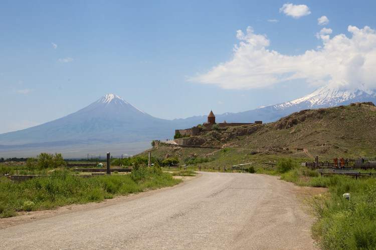 Monastère et paysage montagneux en Arménie destinations en dehors des sentiers battus