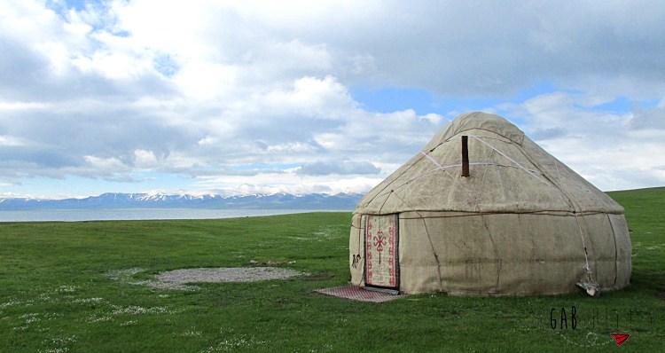 Yourte au Kirghizistan sur le bord du lac Song kul avec les montagnes dans l'arrière plan