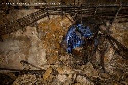 Bilder einer Zeitreise in eine kalte dunkle Welt Verfallener Aufzugschacht