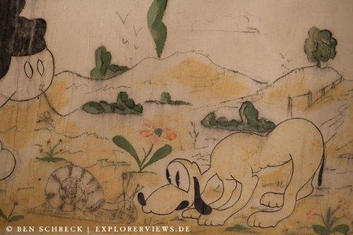 Pluto und die Schnecke Petit Ouvrage Bois de Bousse