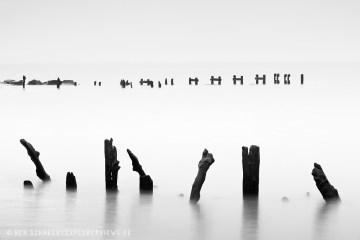 Holzpfähle im Meer 4641