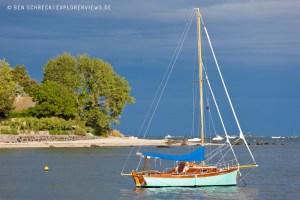 Segelboot in einer Bucht 2665