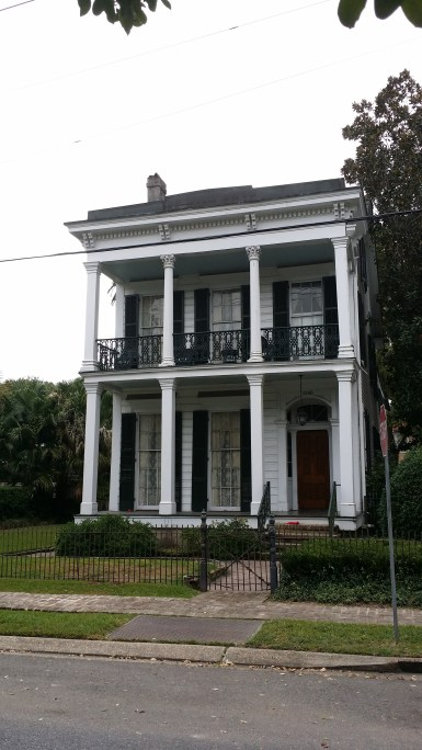 picture of an old home in the Garden District of New Orleans