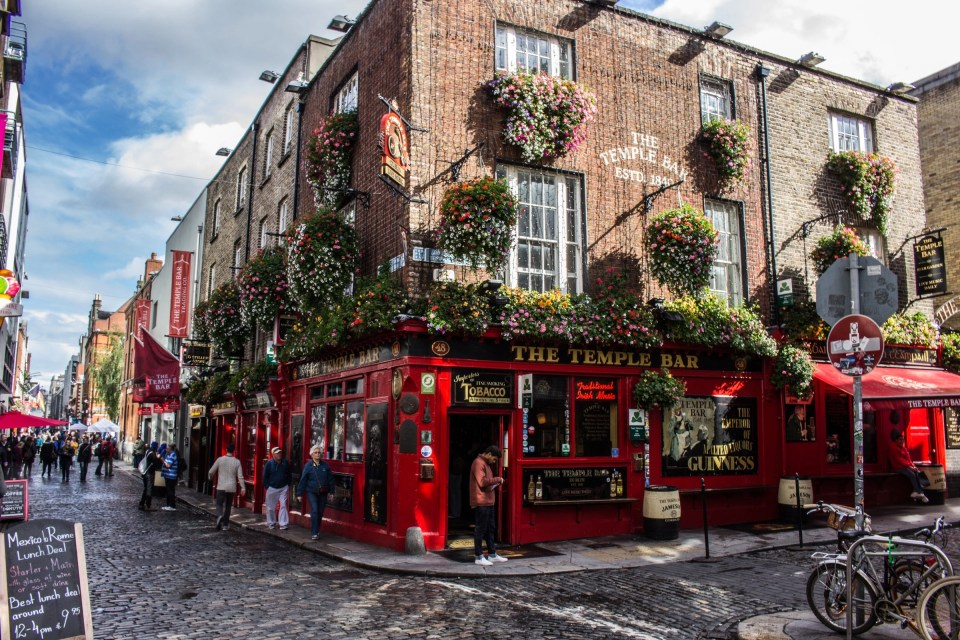 shows the front of the Temple Bar, one of the speakeasys in Dublin