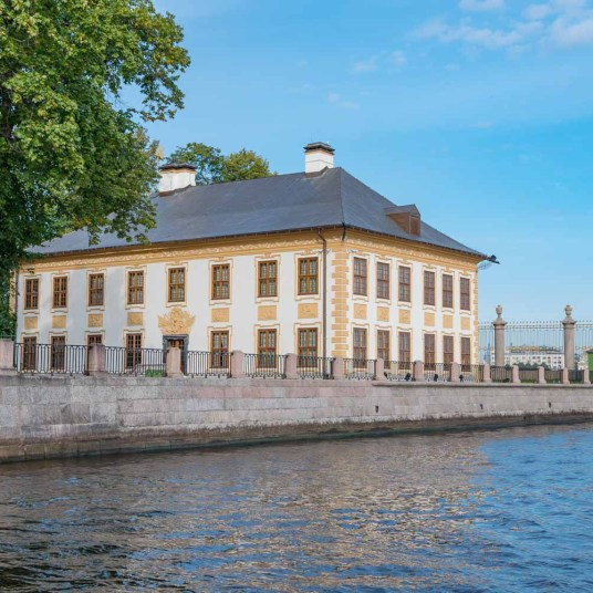 Palace tour from the canals of St Petersburg