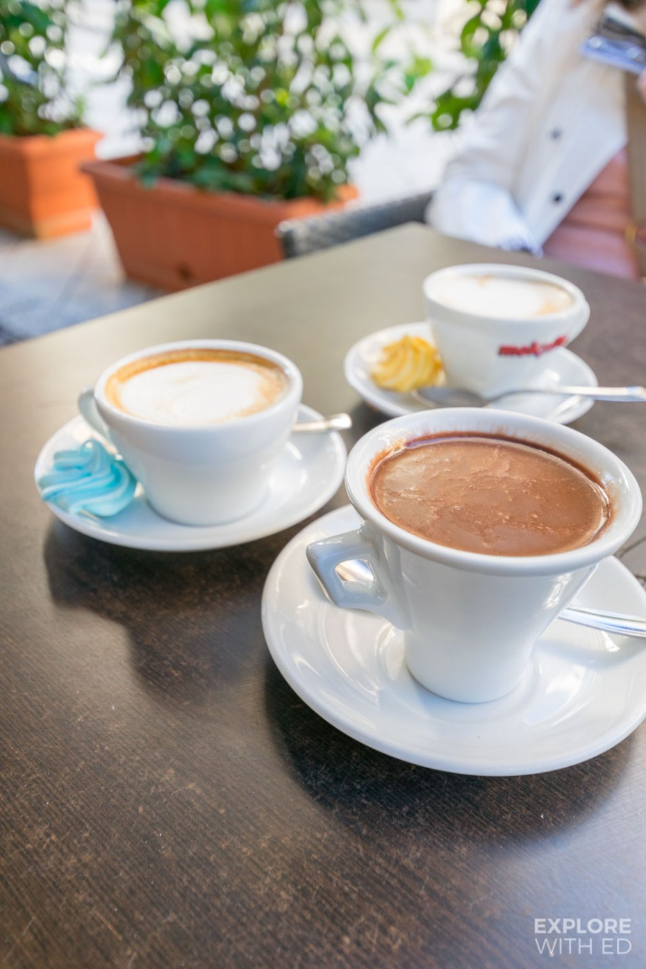 Hot chocolate and coffee al fresco in Brindisi