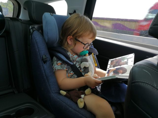 Kinderen bezig houden in de auto