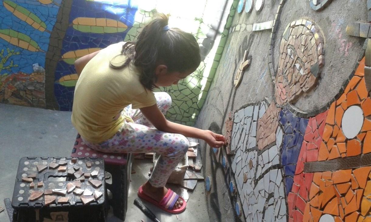 Isabela, hija e inspiración de Lourdes Narváez en su emprendimiento Patio Taller Macondo.