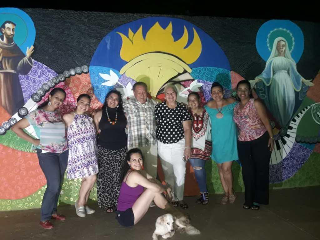 De izquierda a derecha: Blasina Aponte, Luisa Oliveros, Gail Bruges, Elfido Lobo, Elizabeth Baute, Yarime Lobo, Martha Fuentes, Marina Martinez, sentada: Elvira Mieles y Piyinguis