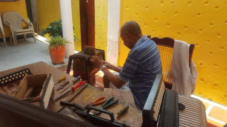 Ovidio Granados, juglar y artesano de los acordeones (1)
