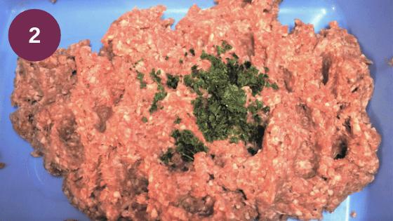 Come preparare gli spiedini di carne macinata