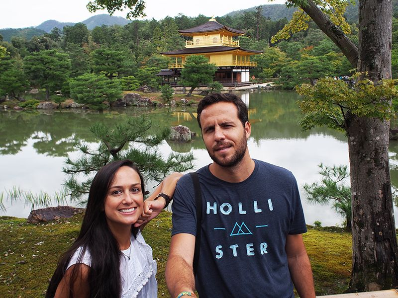 Carlos junto su novia en Japón