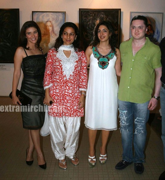 Juhi-Chawla-at-the-Nawaz-Singhanias-art-exhibition.jpg