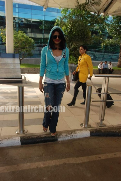 Priyanka-snapped-at-Mumbai-airport-2.jpg