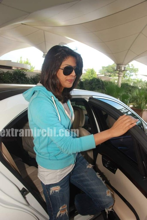 Priyanka-snapped-at-Mumbai-airport-6.jpg