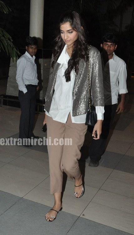 Sonam-Kapoor-returns-from-IHLS-Ahmedabad-Promotions-2.jpg