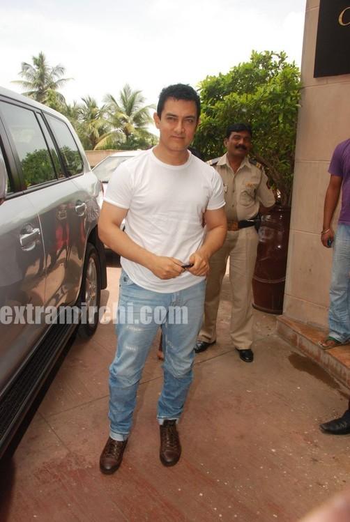 Aamir-Khan-unveils-Peepli-Live-first-look.jpg