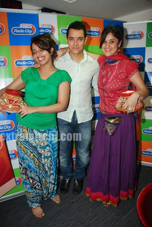 Aamir-and-Anusha-Rizi-promote-Peepli-Live-on-Radio-City-3.jpg