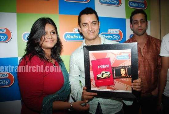 Aamir-and-Anusha-Rizi-promote-Peepli-Live-on-Radio-City-5.jpg