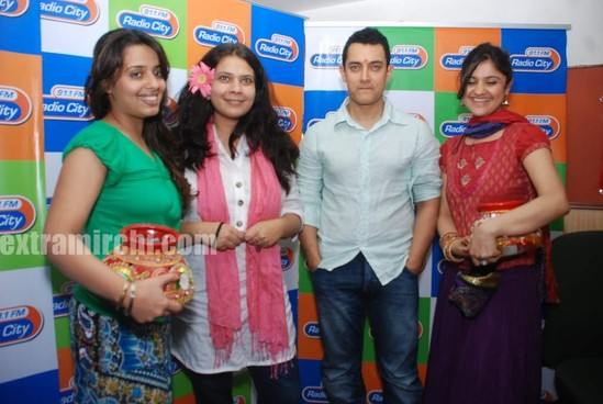 Aamir-and-Anusha-Rizi-promote-Peepli-Live-on-Radio-City-7.jpg