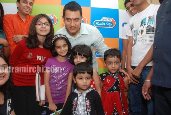 Aamir-and-Anusha-Rizi-promote-Peepli-Live-on-Radio-City-8.jpg