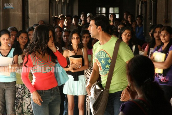 Akshay-Kumar-and-Trisha-Krishnan-in-Khatta-Meetha-3.jpg