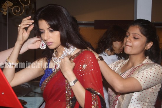 Bhagyashree-trying-the-bridal-jewellery.jpg