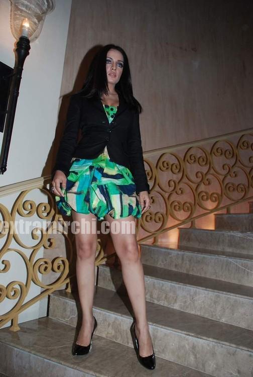 Celina-walked-the-ramp-in-Rina-Dhaka-and-Dev-R-Nils-creations-1.jpg